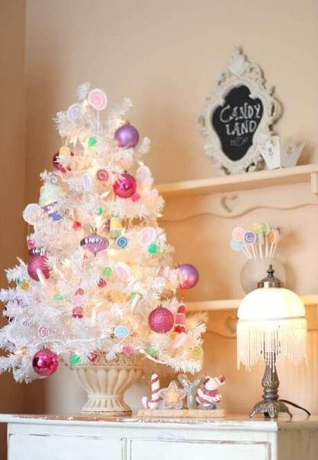 6. Decoração delicada com árvore de natal branca pequena – Foto: Pinterest