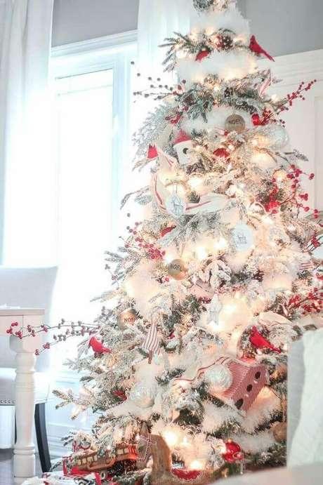 54. Decoração bonita e clássica para árvore de natal branca – Foto: DWeb Media