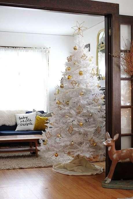 57. Sala decorada com árvore de natal branca com enfeites dourados – Foto: Smile And Wave