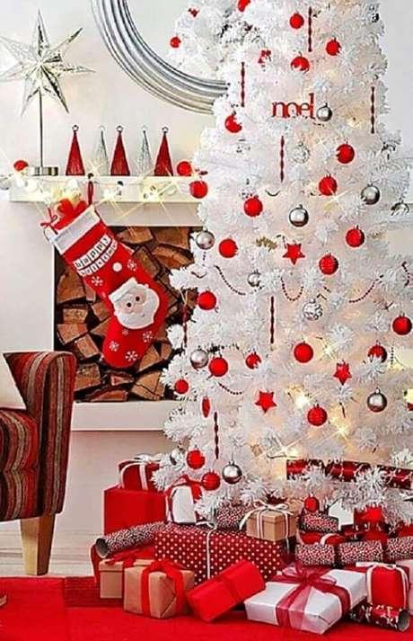 58. Decoração com árvore de natal branca e vermelha – Foto: Happy Holidays!