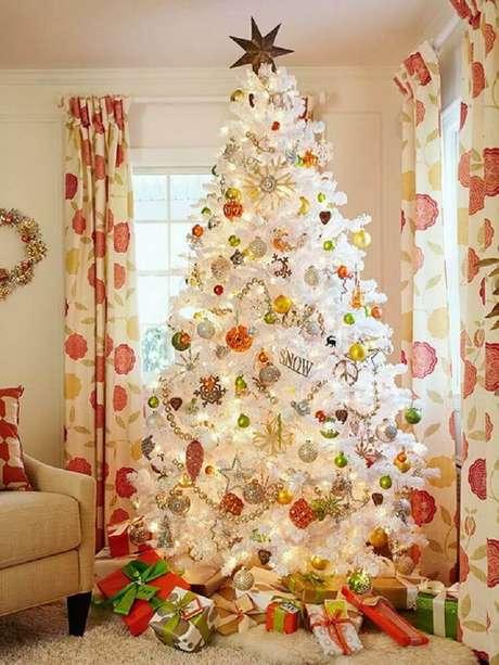 59. Decoração para sala com grande árvore de natal branca e enfeites coloridos – Foto: Livinator