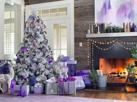 60. O roxo e lilás também podem ser usados para incrementar a decoração natalina e deixá-la mais moderna – Foto: Hoa Văn Decal