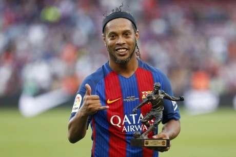 Ronaldinho pode perder o posto de embaixador do clube após apoio a Bolsonaro (AFP)