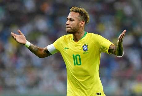 Neymar lamenta chance perdida em Brasil x Argentina
