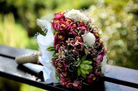 7- No buquê de flores artificiais foi utilizado tecidos brancos. Fonte: Pinterest