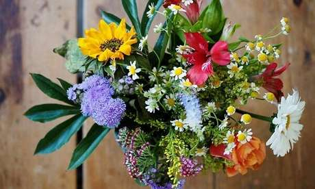 8- O buquê de flores artificiais grande são ideais para enfeitar eventos corporativos. Fonte: Crysmax