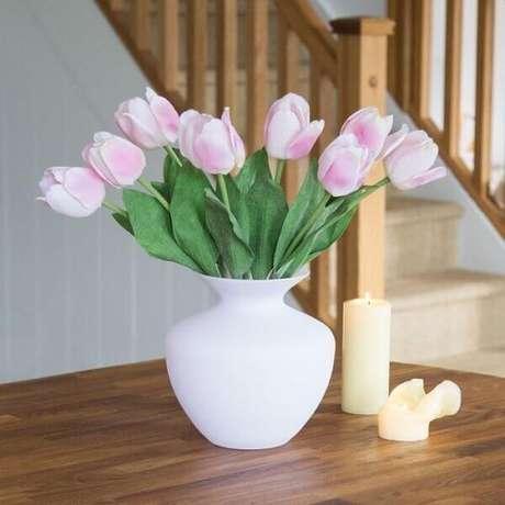 6- No vaso branco foi colocado tulipas artificiais. Fonte: Peony