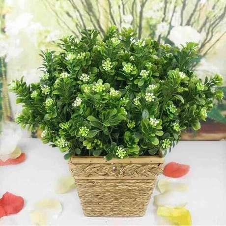 29- As flores artificiais podem ser utilizadas em cachepots rústicos para decorar varandas. Fonte: Transforme Sua Casa