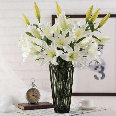 31- Os lírios artificiais compõe a decoração da sala de estar. Fonte: DHgate