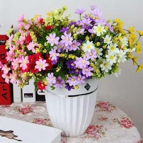 32- As coloridas flores artificiais para decoração alegram o ambiente. Fonte: Getinhours