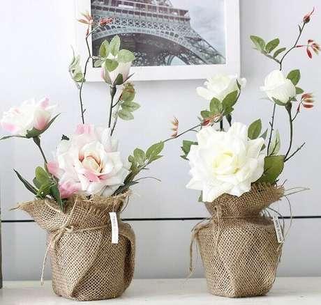 2- O jogo de dois potes revestidos com tecido de sisal tem arranjos de flores artificiais sobre aparador. Fonte: Portuguese Alibaba