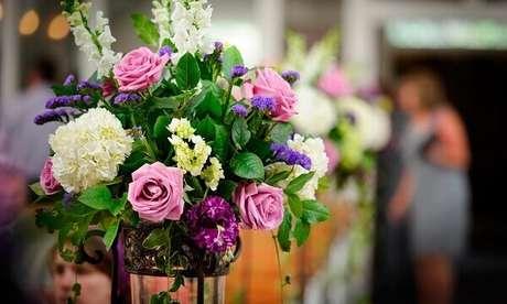 40- O arranjo de flores artificiais em suporte tipo tripé enfeita eventos como casamentos. Fonte: Crysmax