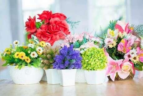 50- As flores artificiais podem formar diversos estilos de arranjos nos mais variados tipos de vasos. Fonte: IndiaFilings
