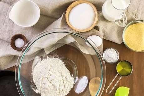 Ingredientes para fazer um bolo: farinha, óleo, leite, açúcar, fermento e farinha de milho