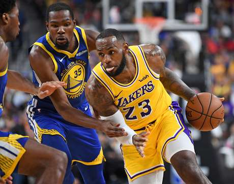 LeBron James dribla Kevin Durant durante a pré-temporada da NBA