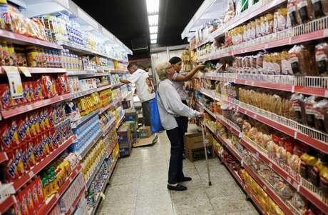Clientes escolhem produtos em gondolas de supermercado no Rio de Janeiro 06/05/2016 REUTERS/Nacho Doce