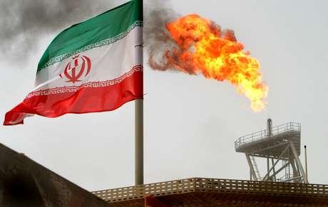 Bandeira do Irã em plataforma de extração de petróleo no Golfo Pérsico 25/07/2005 REUTERS/Raheb Homavandi/File Photo