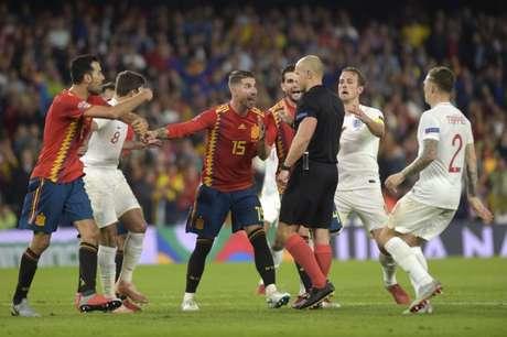 A jogada fez com que uma confusão começasse em campo (Foto: JORGE GUERRERO / AFP)