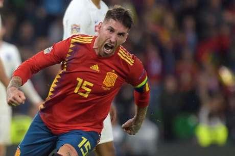 Sergio Ramos fez um gol na derrota da Espanha para a Inglaterra (Foto: Jorge Guerrero / AFP)