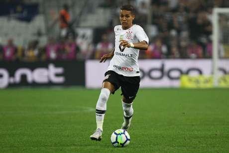 Pedrinho conduz bola em campo pelo Corinthians