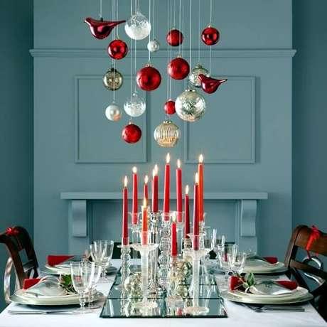 12. Bolas de natal em cima da mesa da ceia. Foto de Of Design