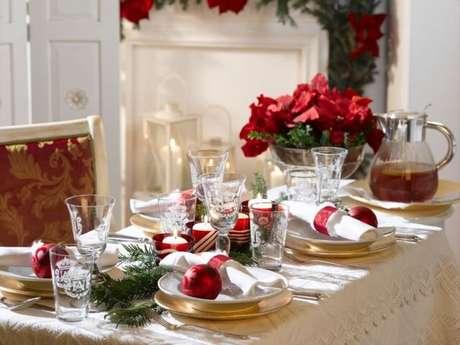 71. As bolas de natal podem ser usadas também como decoração nos pratos da ceia de natal. Foto de Pinterest