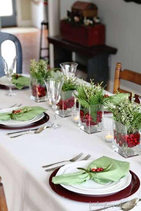 51. Você pode também usar cachepots de vidro com plantinha na sua mesa de ceia de natal. Foto de Finding Home Online