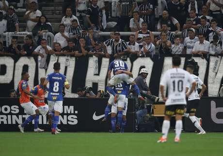 Robinho comemora o gol do Cruzeiro