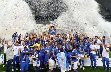 Equipe do Cruzeiro levanta a taça da Copa do Brasil