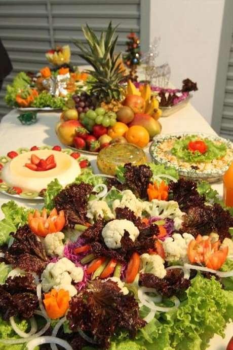 17. As saladas e frutas fazem também parte do cardápio da ceia. Foto de Natural Saúde e Beleza
