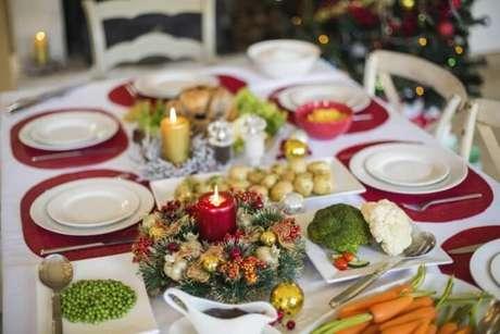 31. O sousplat vermelho combina com a vela e com a decoração tradicional de natal. Foto de Nova24TV