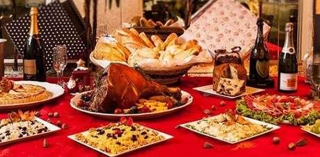 29. A toalha de mesa vermelha é um clássico da decoração de mesa de ceia de natal. Foto de Blog do Mauro