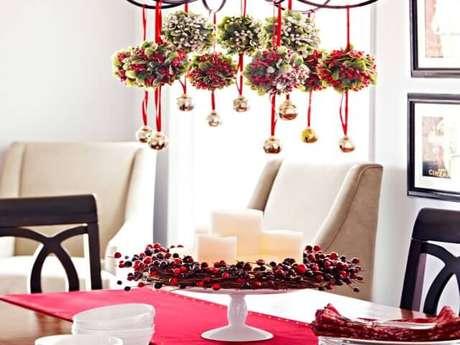 78. Centro de mesa com velas e enfeites em luminária. Foto de Pracmatic