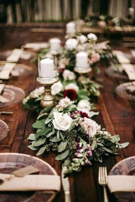 47. Centro de mesa de ceia de jantar com folhas e flores. Foto de CurlyQue