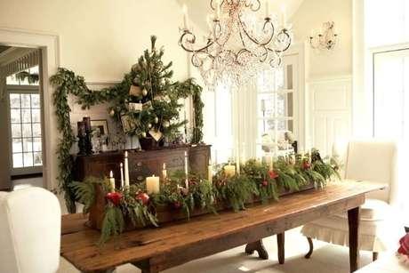 62. Centro de mesa de madeira com folhas e velas. Foto de Just Cope