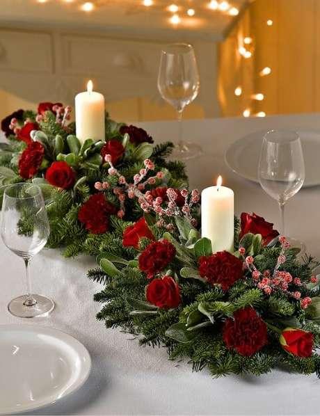 40. Os centros de mesa naturais ficam lindos na mesa de ceia de natal. Foto de Christ Church Colne