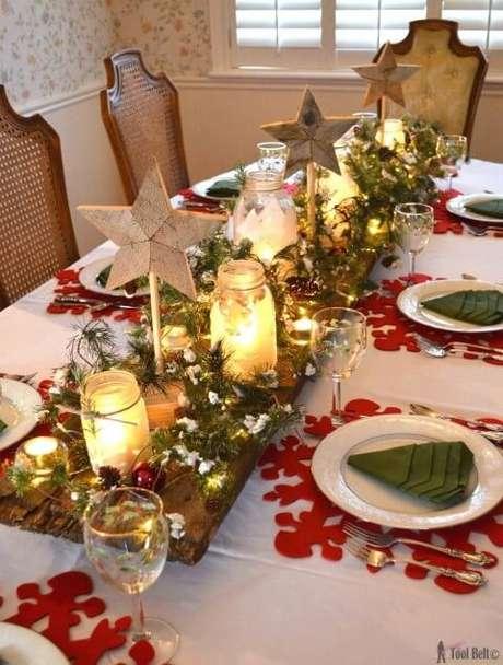 67. Centro de mesa rústico de madeira com jarras de vidro com velas. Foto de Pinterest