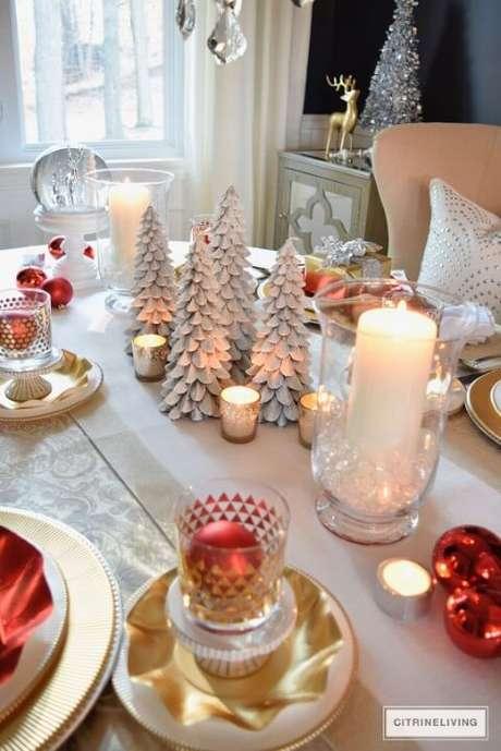 44. As decorações com branco, vermelho e dourado são clássicas no natal. Foto de Citrine Living