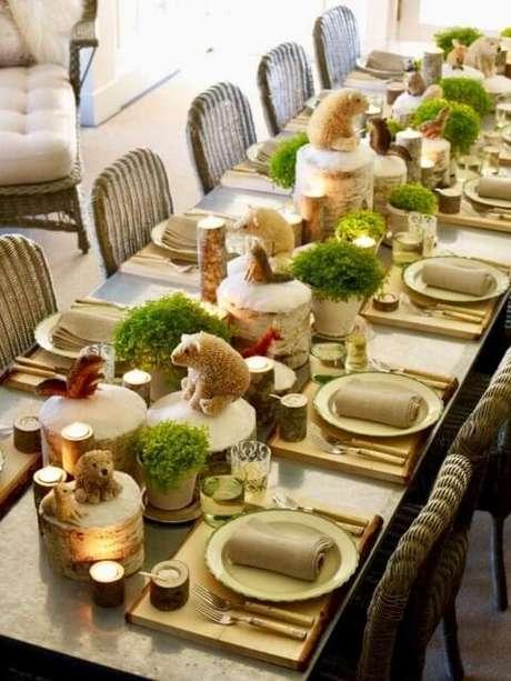 85. Decoração de mesa de ceia de natal com bichinhos em miniatura. Foto de SamsonPHP