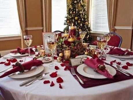 43. Os tons de vinho também ficam ótimos na decoração de mesa de ceia de natal. Foto de Christmassite