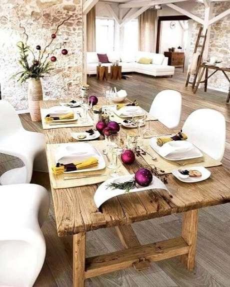 84. Decoração de mesa de ceia de natal simples com bolas de natal roxas. Foto de World Wide Press