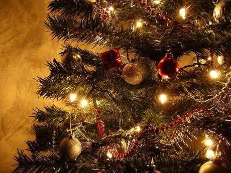 79- O dourado é muito utilizado nos detalhes da decoração de natal simples e barata. Fonte: Debora Jeremias