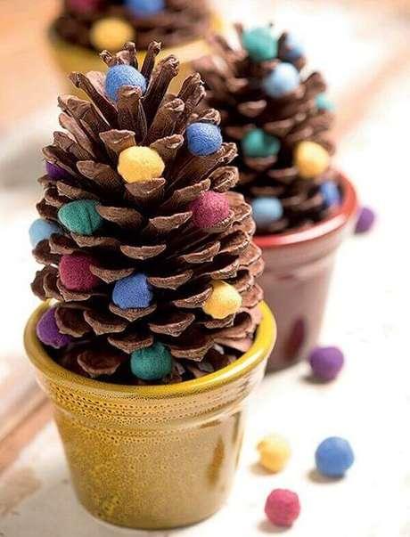 4- A pinha seca natural é muito utilizada na decoração de natal simples. Fonte: Pinterest
