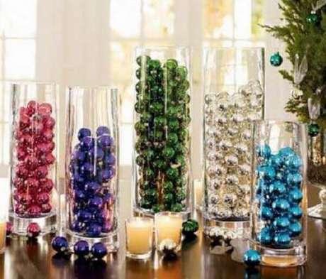 80- Vasos tipo tubo em vários tamanhos com bolinhas coloridas de natal enfeitam a mesa lateral na sala de estar. Fonte: Como fazer em casa
