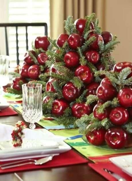 80. Enfeite de mesa de ceia de natal feito com frutas e galhos. Foto de Style Estate