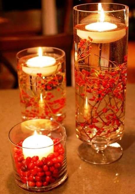 55. Enfeites de mesa feitos com copos com velas. Foto de HomeBNC