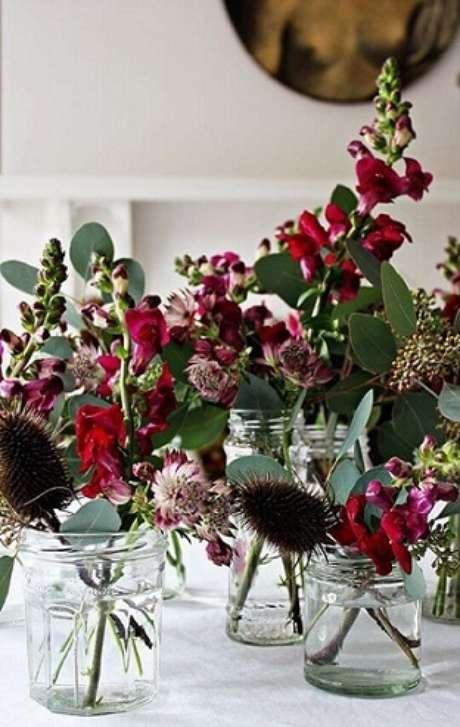 14. As flores podem ser muito bem usadas na decoração. Foto de The Garden Store