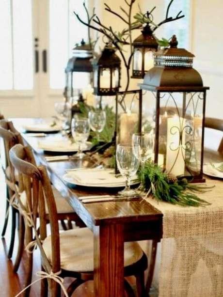 69. Lâmpadas decorativas como enfeites de mesa de ceia de natal. Foto de Pinterest