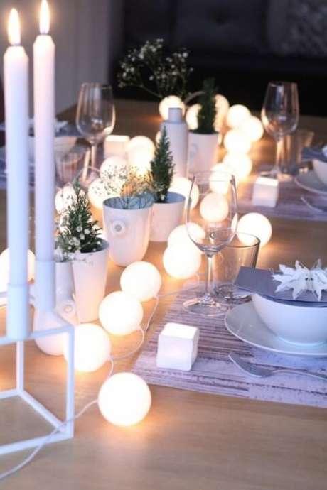 54. Luzes redondas também podem ser aproveitadas como decoração de mesa de ceia de natal. Foto de HomeBNC