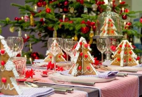48. Fazer as árvores de natal de biscoito e usá-las como decoração da mesa pode ser uma boa. Foto de Decoholic